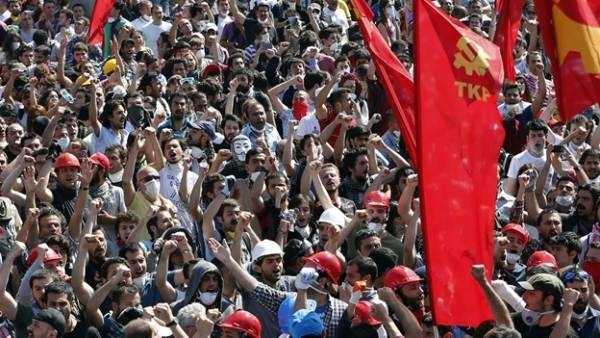 El régimen autoritario turco gobernado por Erdogan del AKP, apoyándose en el ala más reaccionaria del islamismo, está llevando al país a una situación insoportable para las clases trabajadoras, con…