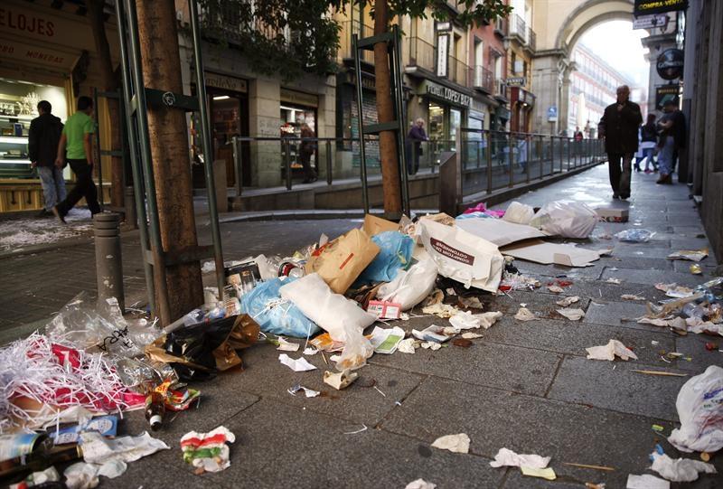 La ciudad de Madrid está más sucia que nunca. La capital sufre un aumento constante de basuras en sus calles mientras la concejala de Ahora Madrid Inés Sabanés, Delegada del…