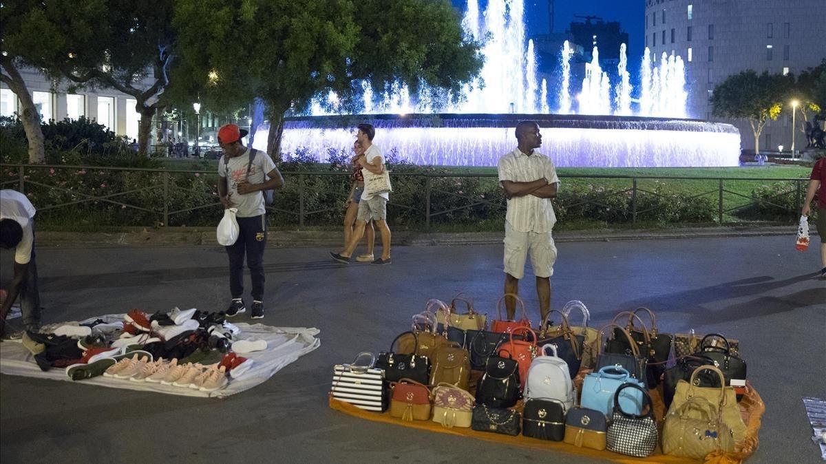 Dimecres passat un venedor ambulant va ser ferit per la Guàrdia Urbana durant un operatiu policial a Barcelona. L'atac el va deixar inconscient, tendit a terra. Lluny d'atendre'l, la policia…