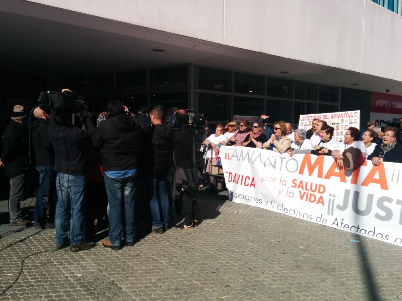 En nuestra ciudad, probablemente en uno de los lugares donde más crímenes se perpetran a diario contra los trabajadores – los juzgados de lo Social de Sevilla ubicados en el…