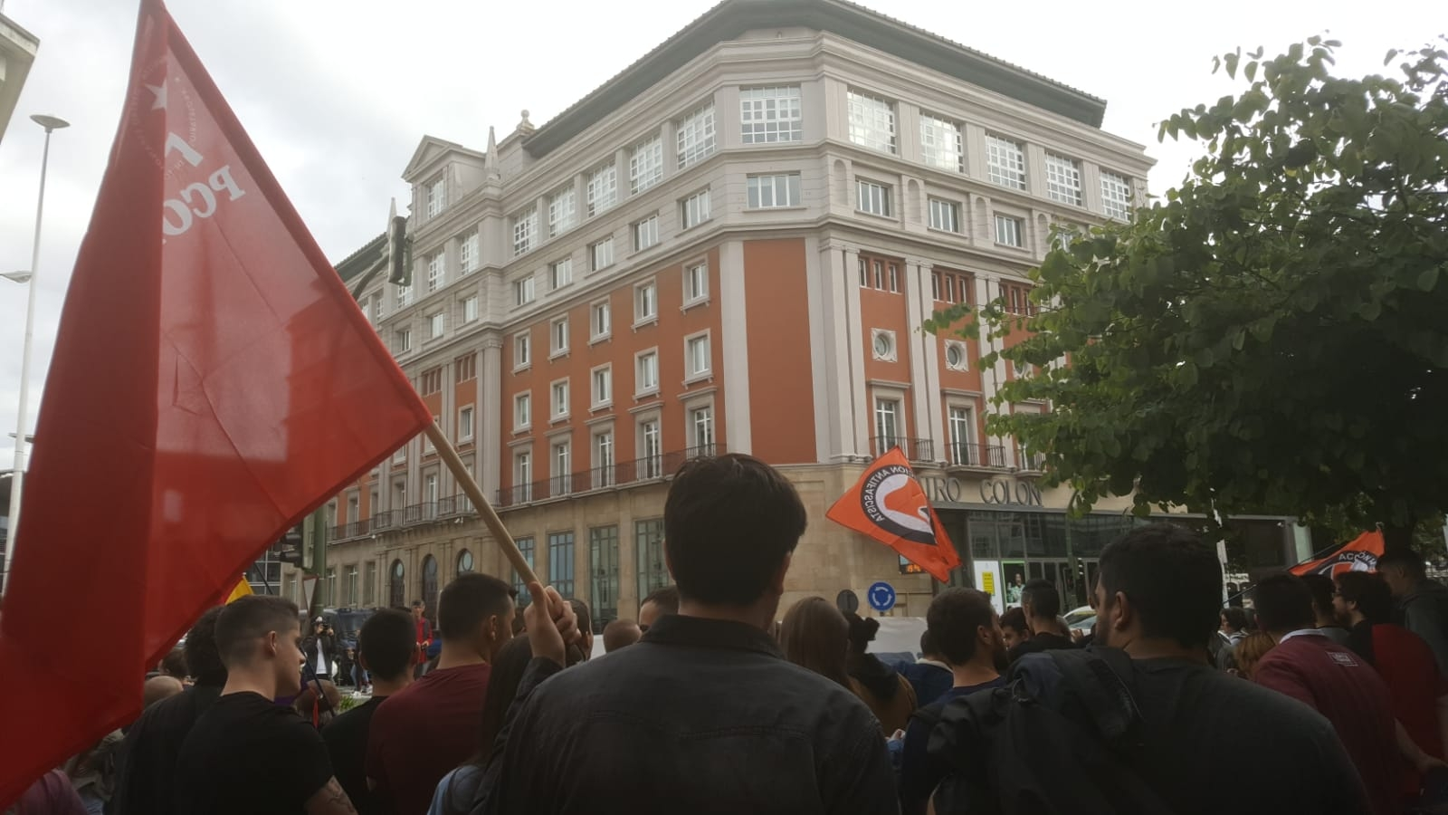 Los militantes del Partido Comunista Obrero Español han acudido a la concentración de Coruña junto a una multitud de personas a solidarizarse con los jóvenes detenidos y condenados de Altsasu…