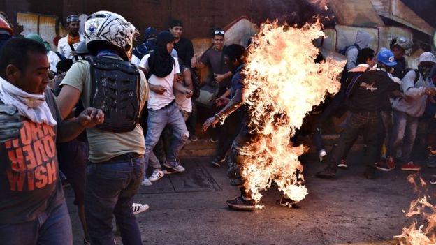 El joven Orlando Figuera, un muchacho trabajador de 22 años falleció hace escasas horas víctima de la violencia fascista que azota Venezuela. Orlando fue asaltado por una turba, apuñalado y…