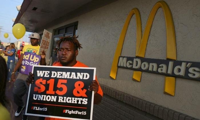 La prensa mundial informa esta semana de la decisión de la multinacional norteamericana McDonald´s de sustituir la atención personal a los clientes, labor que venían realizando los mal pagados trabajadores…