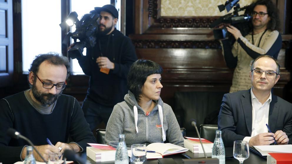Tras meses de negociaciones, hoy se investirá al convergente Carles Puigdemont como nuevo Presidente de la Generalitat de Catalunya. Cuando todo parecía abocado a nuevas elecciones, la cúpula de las…
