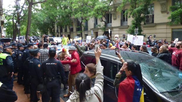 Madrid fue anoche testigo del avance del fascismo en el Estado Español. El Centro de la Diversidad Cultural de Venezuela, ente perteneciente a la embajada de Venezuela, fue atacado ayer…