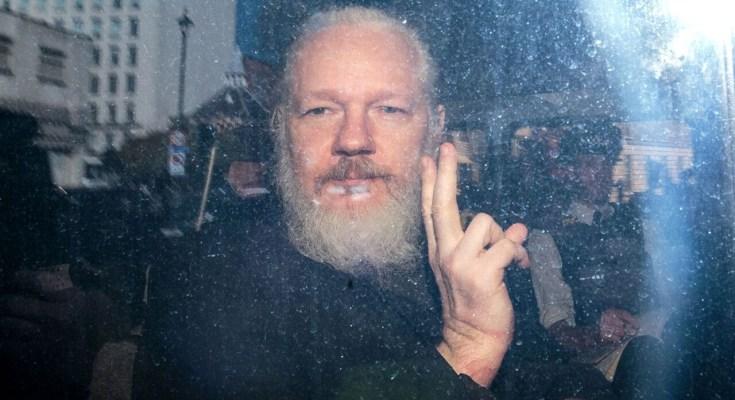 La Policía británica ha detenido este jueves al fundador de WikiLeaks, Julian Assange, después de que el presidente de Ecuador, Lenín Moreno, anunciara que le retiraba el asilo en la…