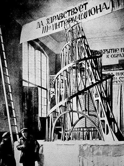 """La configuración del mundo contemporáneo pone a prueba la capacidad de reflexión y de movimiento de los teóricos """"revolucionarios"""", en los que produce desorientación y les impele a errores, a…"""