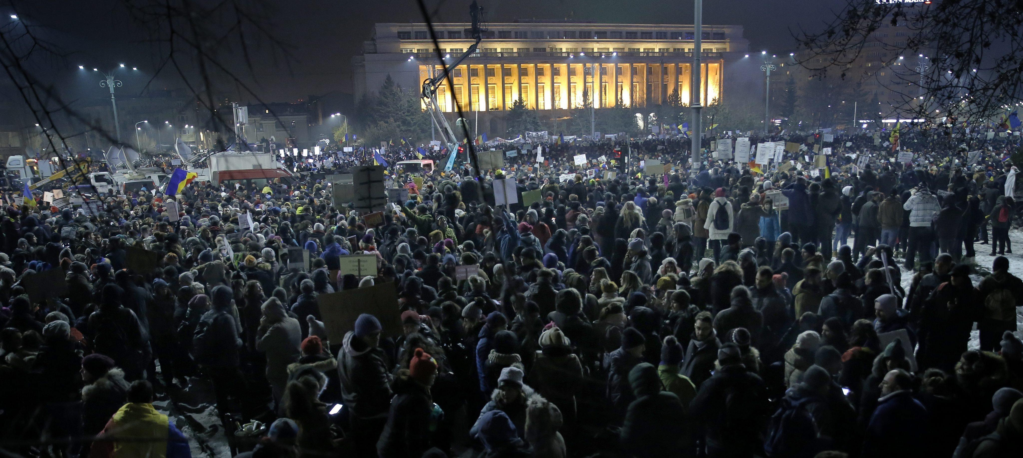 La movilización popular tumba la ley de despenalización de la corrupción y obliga al Gobierno rumano a destituir al ministro de Justicia del país. El segundo país más pobre de…