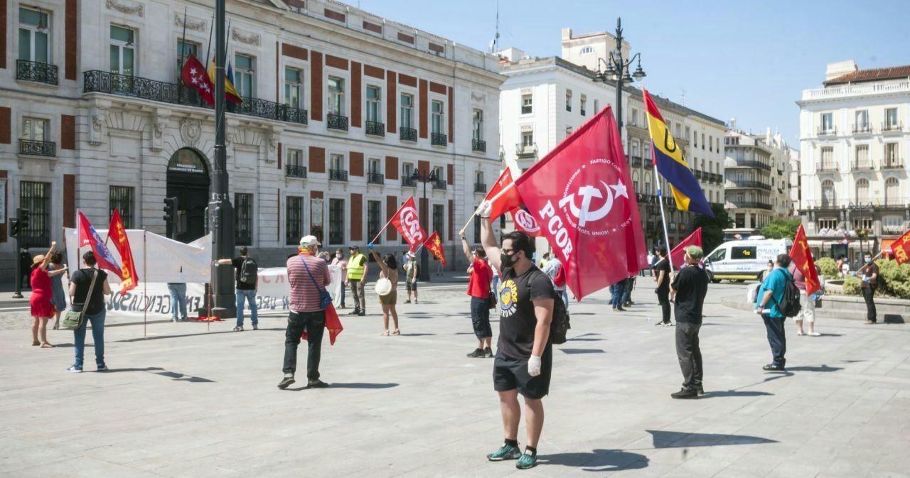 """El Partido Comunista Obrero Español (PCOE) de Madrid acudió el sábado 23 de mayo a la concentración en Sol que defendía como lema: """"Por el trabajo, por nuestros derechos, por…"""